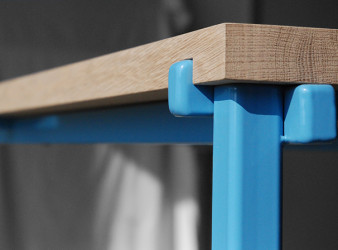 Moderne tafel met stalen frame